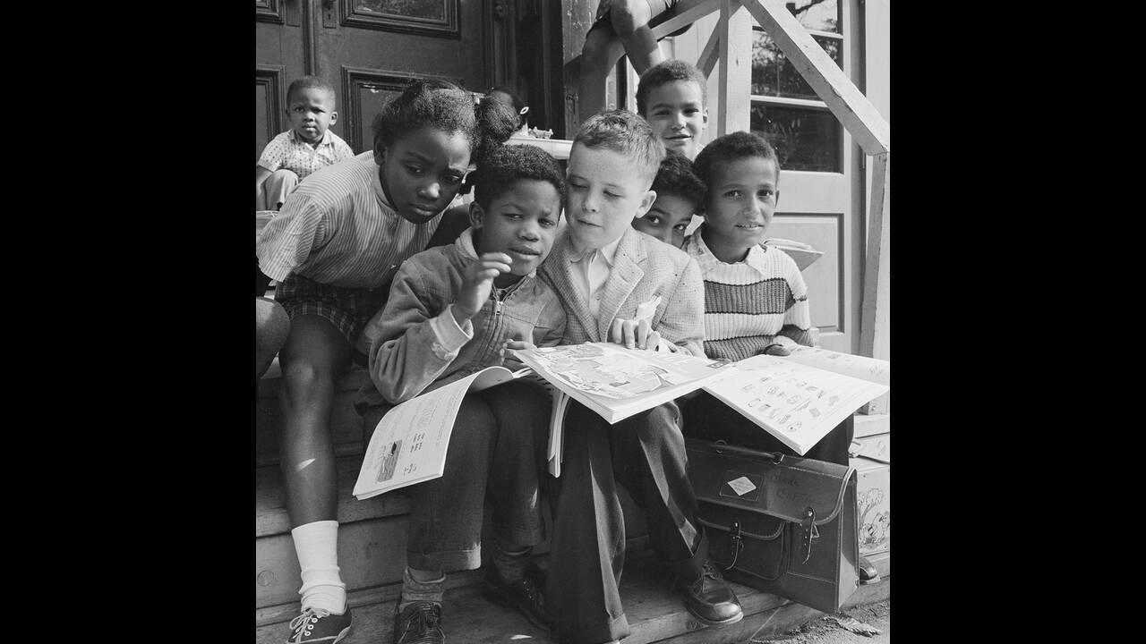 1961, Όλμπανι. Ο Μπίλι Στάνλεϊ, 8 ετών, είναι ο μόνος λευκός μαθητής στο σχολείο St. Philip, στο Όλμπανι της Νέας Υόρκης. Ο Μπίλι λέει ότι του αρέσει το σχολείο και ότι οι αφροαμερικανοί συμμαθητές του τού φέρονται πάρα πολύ καλά.