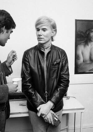 1968, Νέα Υόρκη. Ο καλλιτέχνης Άντι Γουόρχολ, στο στούντιό του, το The Factory, στη Νέα Υόρκη.