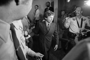 1977, Καλίφόρνια. Ο σκηνοθέτης Ρόμαν Πολάνσκι φεύγει από το δικαστήριο στη Σάντα Μόνικα της Καλιφόρνια, όπου καταδικάστηκε σε 90 μέρες παραμονής σε κρατική φυλακή. Ο Πολάνσκι συνελήφθη το 2009 από την Ελβετική αστυνομία, όταν πήγε στη Ζυρίχη για το φεστιβ