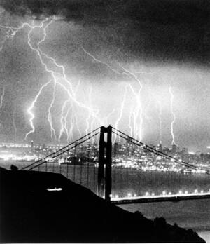 """1984, Σαν Φρανσίσκο. Κεραυνοί """"χορεύουν"""" στον ουρανό του Σαν Φρανσίσκο, καθώς μια καταιγίδα περνάει πάνω από την Καλιφόρνια."""
