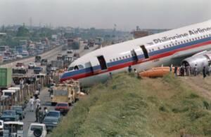 1987, Μανίλα. Ένα Airbus 300 των Philippine Airlines έχει σταματήσει δίπλα στον αυτοκινητόδρομο νότια της Μανίλα, όπου κατέληξε κατά τη διάρκεια της προσγείωσης. Από τους 135 επιβάτες και πλήρωμα κανείς δεν τραυματίστηκε.