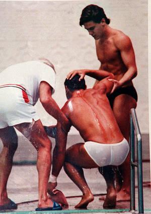 1988, Νότια Κορέα. Ο Αμερικανος καταδύτης Γκρεγκ Λουγκάνις δέχεται τη βοήθεια ενός συναθλητή του και ενός εκ των διοργανωτών, στους Ολυμπιακους Αγώνες της Σεούλ. Ο Λουγκάνις χτύπησε το κεφάλι του στο βατήρα, καθώς διαγωνιζόταν στον τελικό των αντρών.