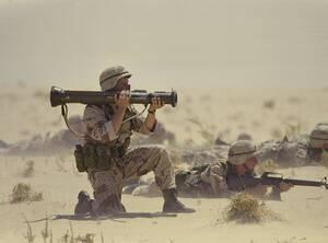 """1990, Σαουδική Αραβία. Αμερικανός στρατιώτης στην έρημο της Σαουδικής Αραβίας με ένα ολμοβόλο AT4, κατά τη διάρκεια της επιχείρησης """"Ασπίδα της Ερήμου""""."""