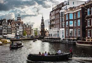 5. Ολλανδία:  * 61% είναι ευχαριστημένοι από τις προοπτικές σταδιοδρομίας τους * 69% είναι γενικά ικανοποιημένοι από τη δουλειά τους * 89% αξιολογούν θετικά την κατάσταση της οικονομίας * 74% είναι ευχαριστημένοι από το ωράριο εργασίας τους * 73% είν