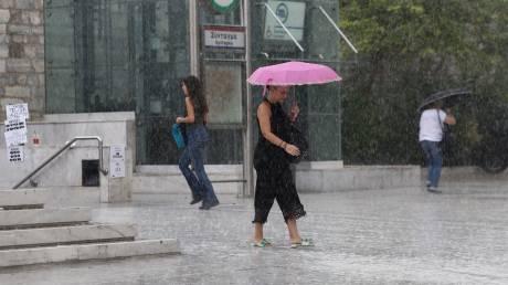Καιρός: Βροχές, άνεμοι και νέα πτώση της θερμοκρασίας το Σάββατο