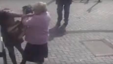 Γιαγιά - «ράμπο»: Άρπαξε από τα μαλλιά γυναίκα που προσπάθησε να την κλέψει σε ΑΤΜ
