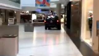 Πανικός στο Σικάγο: SUV εισέβαλε σε εμπορικό κέντρο