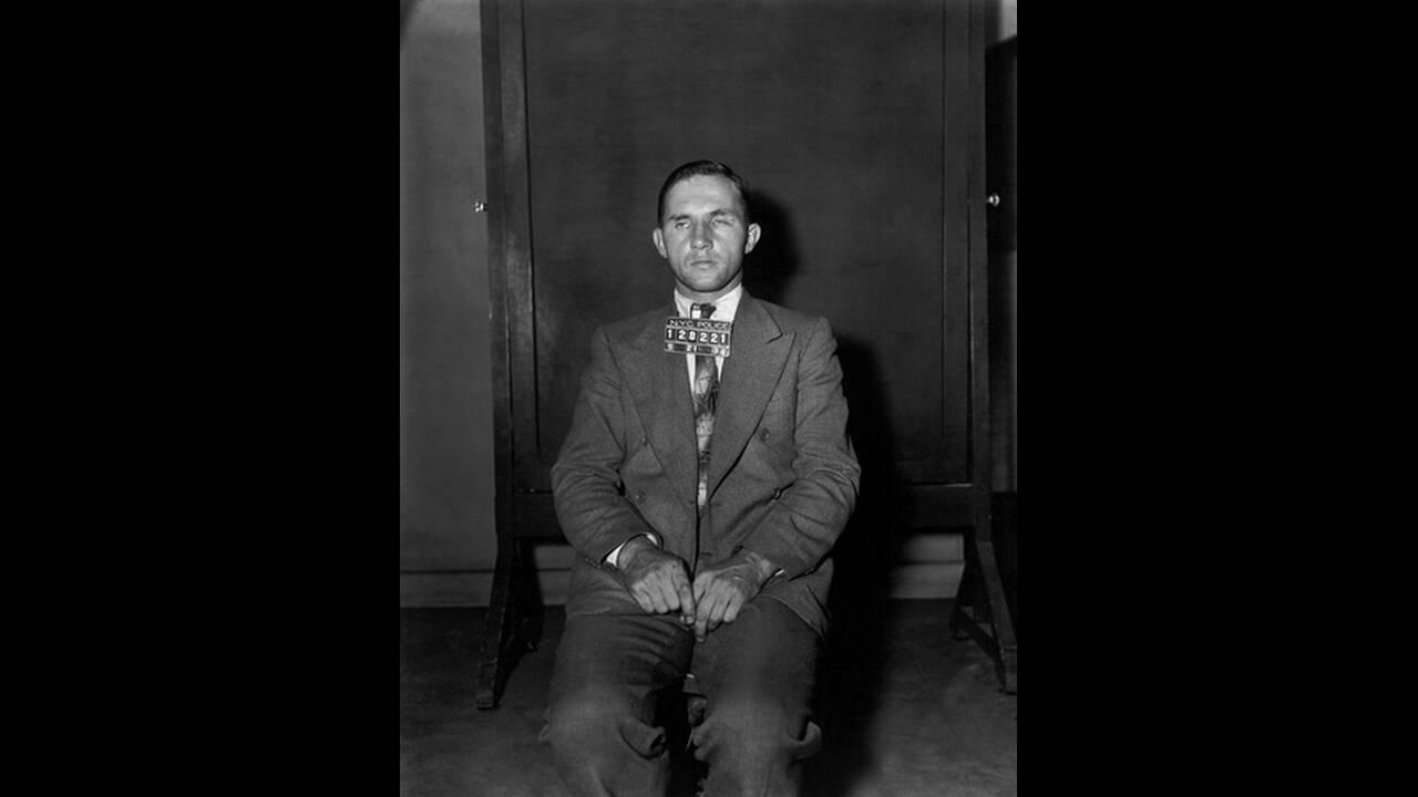 1934, Νέα Υόρκη. Ο ξυλουργός Μπρούνο Χάουπμαν, ο οποίος κατηγορείται για την απαγωγή και τη δολοφονία του βρέφους Λίντμπεργκ, ποζάρει για τις φωτογραφίες της σύλληψής του.  Ο Χάουπμαν αργότερα καταδικάστηκε και εκτελέστηκε.