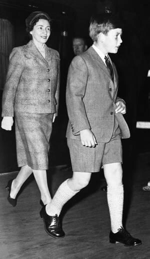 1959, Λονδίνο. Ο πρίγκιπας Κάρολος, ένα πολύ ψηλό παιδί για τα 11 του χρόνια, φοράει τη στολή του, καθώς κατευθύνεται στο σχολείο του, μαζί με τη νταντά του, Κάθριν Πίμπλς. Τα αγόρια στη Βρετανία φοράνε σορτς μέχρι την ηλικία των 13 ετών, ανεξάρτητα από τ