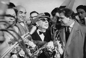 1962, Μόσχα. Ο συνθέτης Ίγκορ Στραβίνσκι κατά την άφιξή του στο αεροδρόμιο της Μόσχας. Ο συνθέτης επέστρεψε στην πατρίδα του μετά από 52 χρόνια απουσίας.