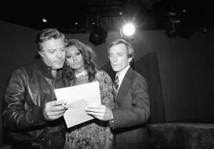 1977, Νέα Υόρκη. Η Σοφία Λόρεν και ο Μαρτσέλο Ματρογιάνι, ηχογραφούν μια ραδιοφωνική εκπομπή.