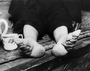 1936, Νανκίνγκ. Η εθνική κυβέρνηση της Νανκίνγκ, στην Κίνα, προσπαθει να εξαλείψει το αρχαίο έθιμο σύμφωνα με το οποίο οι γυναίκες έδεναν τα πόδια τους για να τα κάνουν μικρότερα. Ένα έθιμο με καταστροφικά αποτελέσματα στα πόδια κοριτσιών και γυναικών.