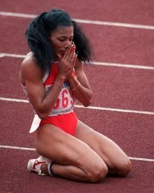 1998, Καλιφόρνια. Η Φλόρενς Γκρίφιθ-Τζόινερ (εδώ μετά τον τερματισμό της στα 200 μέτρα, με νίκη και παγκόσμιο ρεκόρ, στους Ολυμπιακους της Σεούλ το 1988), πεθαίνει στα 38 της χρόνια από καρδιακή προσβολή στο σπίτι της στην Καλιφόρνια.