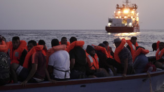 Διάσωση εκατοντάδων μεταναστών στα ανοιχτά της Μάλτας - Δεκάδες οι εγκλωβισμένοι σε διασωστικό (pics&vid)