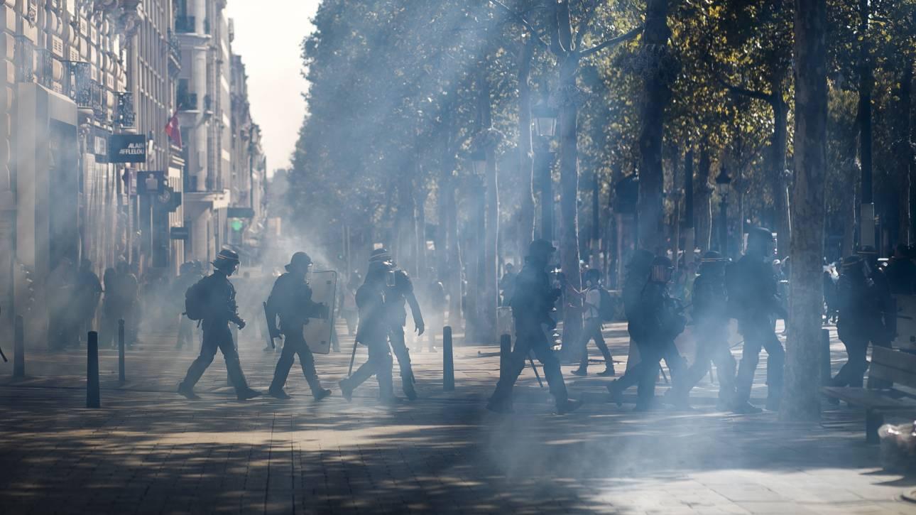 Παρίσι: Περισσότερες από 100 συλλήψεις, δακρυγόνα και οδοφράγματα στη διαδήλωση κίτρινων γιλέκων