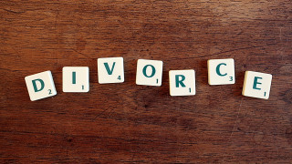 Πήρε διαζύγιο χωρίς να... ειδοποιήσει τη γυναίκα του