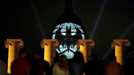 O Batman «εμφανίστηκε» σε 13 πόλεις για τα 80ά γενέθλιά του