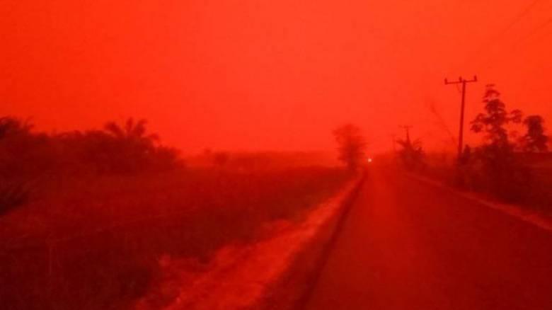 Γιατί ο ουρανός στην Ινδονησία έγινε κόκκινος;