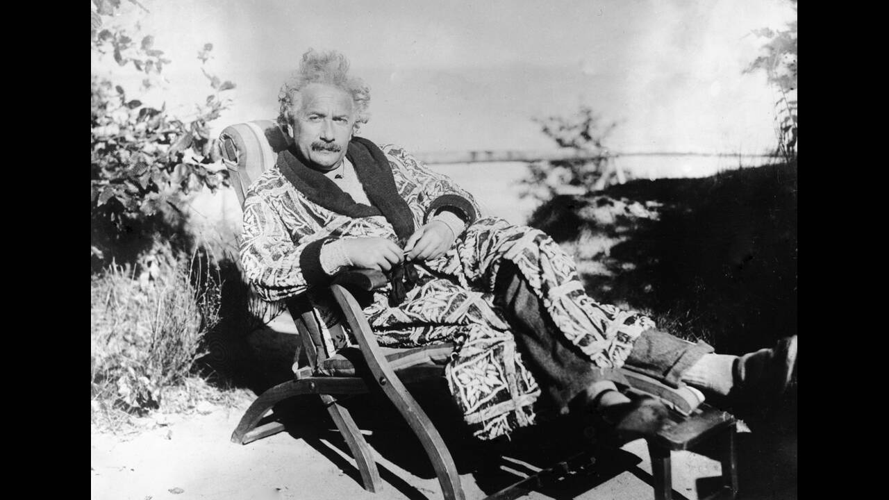 1928, Γερμανία. Ο Άλμπερτ Αϊνστάιν, ξεκουράζεται στον κήπο της βίλας του, στον κολπο του Λέμπεκ, στις ακτές της Βαλτικής θάλασσας.