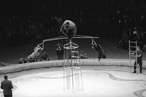 """1963, Νέα Υόρκη. Μέλη του """"τσίρκου των Άρκτων"""" κάνουν το νούμερό τους στο Μάντισον Σκουέαρ Γκάρντεν, στη Νέα Υόρκη. Είναι η πρώτη παράσταση του φημισμένου σοβιετικού τσίρκου στις ΗΠΑ."""