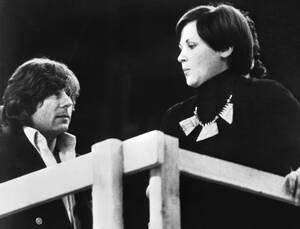"""1976, Μοναχο. Ο Πολωνός σκηνοθέτης Ρόμαν Πολάνσκι, ο οποίος ζει μόνιμα στις Ηνωμένες Πολιτείες, κάνει το ντεμπούτο του στη σκηνοθεσία όπερας, με την κρατική Όπερα της Βαυαρίας, στο Μόναχο. Το έργο που σκηνοθετεί είναι ο """"Ριγολέτος"""" του Τζουζέπε Βέρντι."""