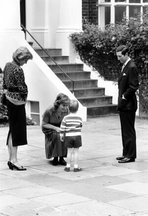 1985, Λονδίνο. Η Τζέιν Μάιερς, καλωσορίζει τον πρίγκιπα Ουίλιαμ, την πρώτη του μέρα στο σχολείο, στο ιδιωτικό νηπιαγωγείο στο Νότινγκ Χιλ. Οι γονείς του, πρίγκιπας Κάρολος και πριγκίπισσα Νταϊάνα παρακολουθούν τη σκηνή.