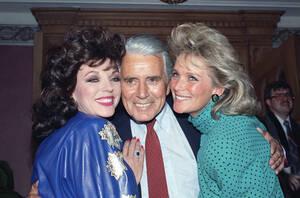"""1986, Λος Άντζελες. Ο ηθοποιός Τζον Φορσάιθ, με τις ηθοποιούς της """"Δυναστείας"""" Τζόαν Κόλινς και Λίντα Έβανς, σε ένα πάρτι για την παραγωγή του 150ου επεισοδίου της σειράς."""