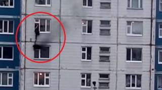 Γλίτωσε από τις φλόγες και τη... βαρύτητα: Αγωνιώδης διάσωση κοριτσιού από φλεγόμενο διαμέρισμα