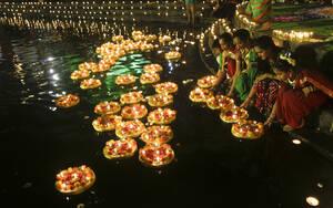 Ινδία: Το Ντιουάλι είναι το φεστιβάλ του φωτός. Πρόκειται για το μεγαλύτερο και πιο εντυπωσιακό φεστιβάλ της Ινδίας με εκατομμύρια επισκέπτες. Για φέτος πέφτει στις 27 Σεπτεμβρίου.