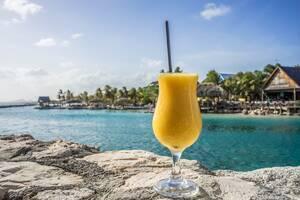 Κουρακάο - Καραϊβική: Πολύ κοντά στη Νότια Αμερική, το νησάκι αυτό βρίσκεται εκτός της ζώνης των τυφώνων που την περίοδο αυτή δυσχεραίνουν τα ταξίδια. Το κλίμα είναι πραγματικά πολύ χαλαρό και η κουζίνα που θα συναντήσετε απίστευτα γευστική.