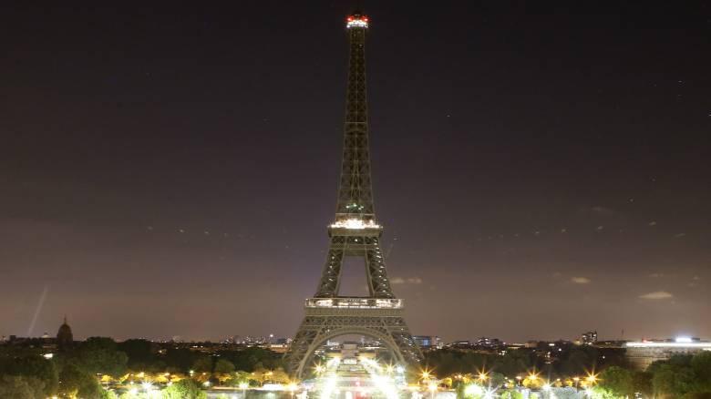 Ο Πύργος του Άιφελ «πενθεί» για τον Ζακ Σιράκ: Έσβησε τα φώτα του