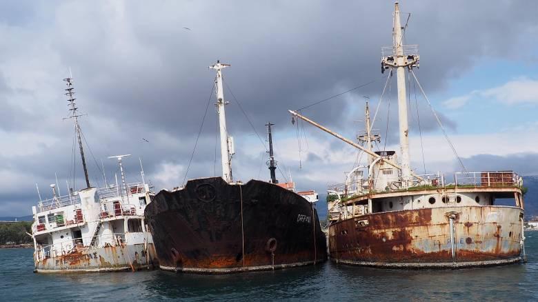 Απομάκρυνση τριών ναυαγίων από τον κόλπο της Ελευσίνας