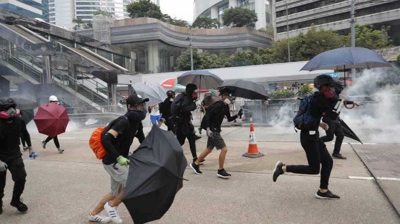 Διαδηλώσεων συνέχεια στο Χονγκ Κονγκ – Η αστυνομία έκανε χρήση σπρέι πιπεριού
