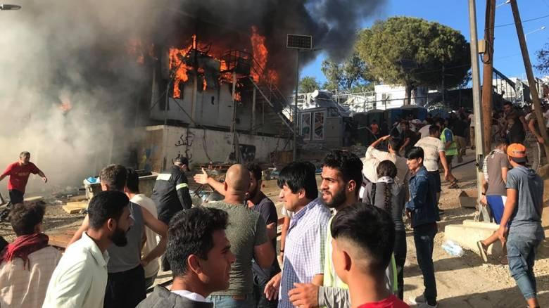 Χάος στη Μόρια: Μια νεκρή από την μεγάλη φωτιά στον καταυλισμό