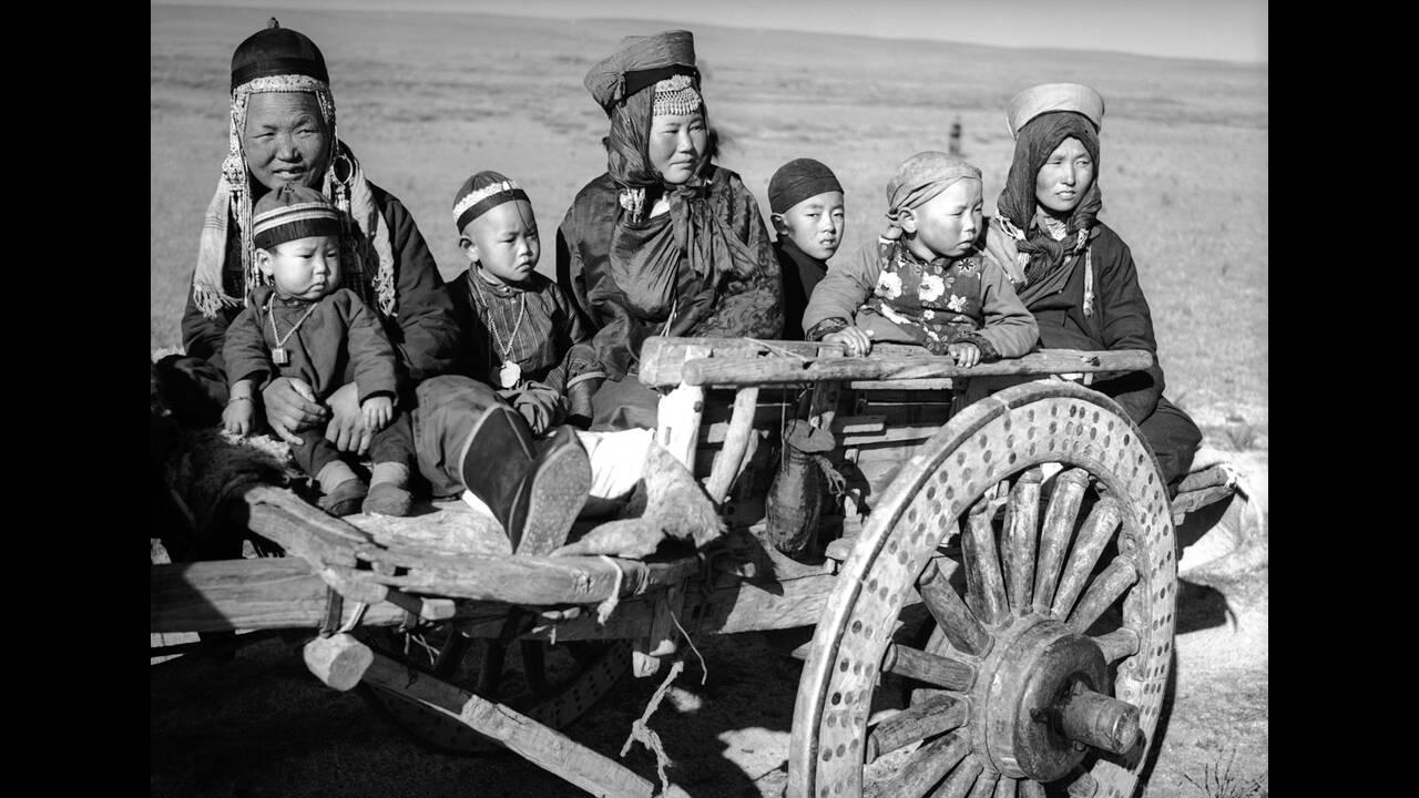 1936, Εσωτερική Μογγολία. Γυναίκες και παιδιά νομάδες διασχίζουν με κάρο την έρημο της Εσωτερικής Μογγολίας. Τα αυτοκίνητα και τα τρένα είναι ακόμα εντελώς άγνωστα σε αυτό το μέρος του κόσμου.