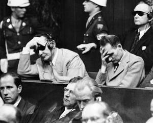 1946, Νιρεμβέργη. Ο Χέρμαν Γκέρινγκ (αριστερά) και ο Ρούντολφ Ες, ακούνε την ετυμηγορία του δικαστηρίου εγκλημάτων πολέμου στη Νιρεμβέργη της Γερμανίας. Πίσω δεξιά βρίσκεται ο ναύαρχος Καρλ Ντένιτζ (με τα σκούρα γυαλιά).