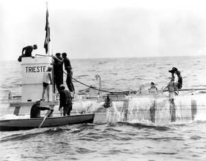 """1953, Νάπολη. Το βαθυσκάφος """"Τεργέστη"""", που φέρει τις σημαίες της Ιταλίας και της Ελβετίας, μετά τη """"βουτιά"""" του σε βάθος 3.150 μέτρων, στο βυθό της Τυρρηνικής Θάλασσας, στο νησί Ponza, περίπου 70 μίλια δυτικά της Νάπολης. Ο Ζακ Πικάρ μαζί με τον πατέρα τ"""