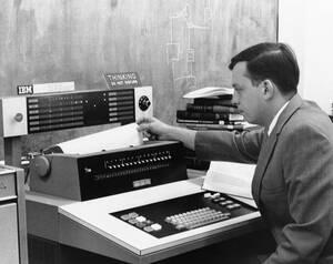 1968, Κάνσας. Ο Τζακ Κάρτερ, απόφοιτος του Κρατικού Πανεπιστημίου της Γουίτσιτα, προγραμμάτισε έναν υπολογιστή για να κάνει ταχείες, ακριβείς μεταφράσεις από τη γλώσσα Σαμόα στα αγγλικά. Είναι μέρος ενός πρότζεκτ που χρησιμοποιεί υπολογιστές για να μεταφρ