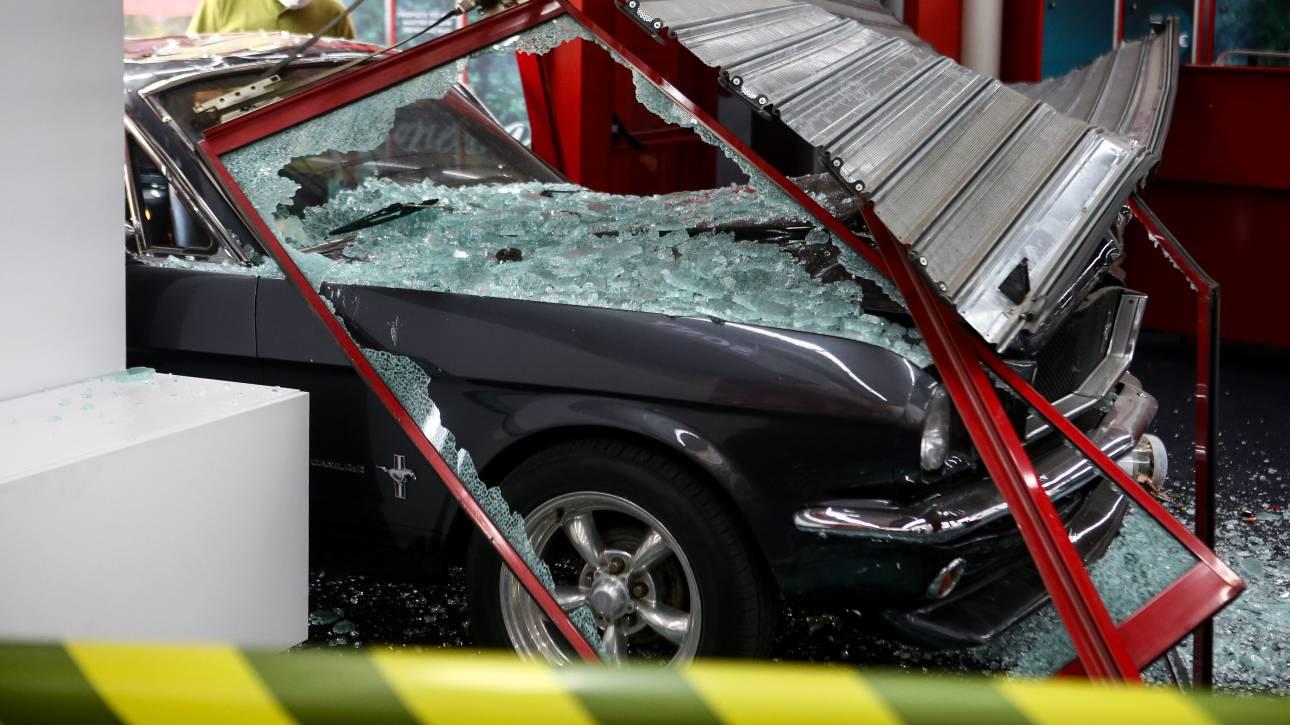 Διπλό «ντου» με αυτοκίνητα σε καταστήματα σε Νέα Φιλαδέλφεια και Νέα Σμύρνη
