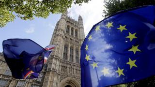 Βρετανία: Αναβάλλει την πρόταση μομφής η αντιπολίτευση