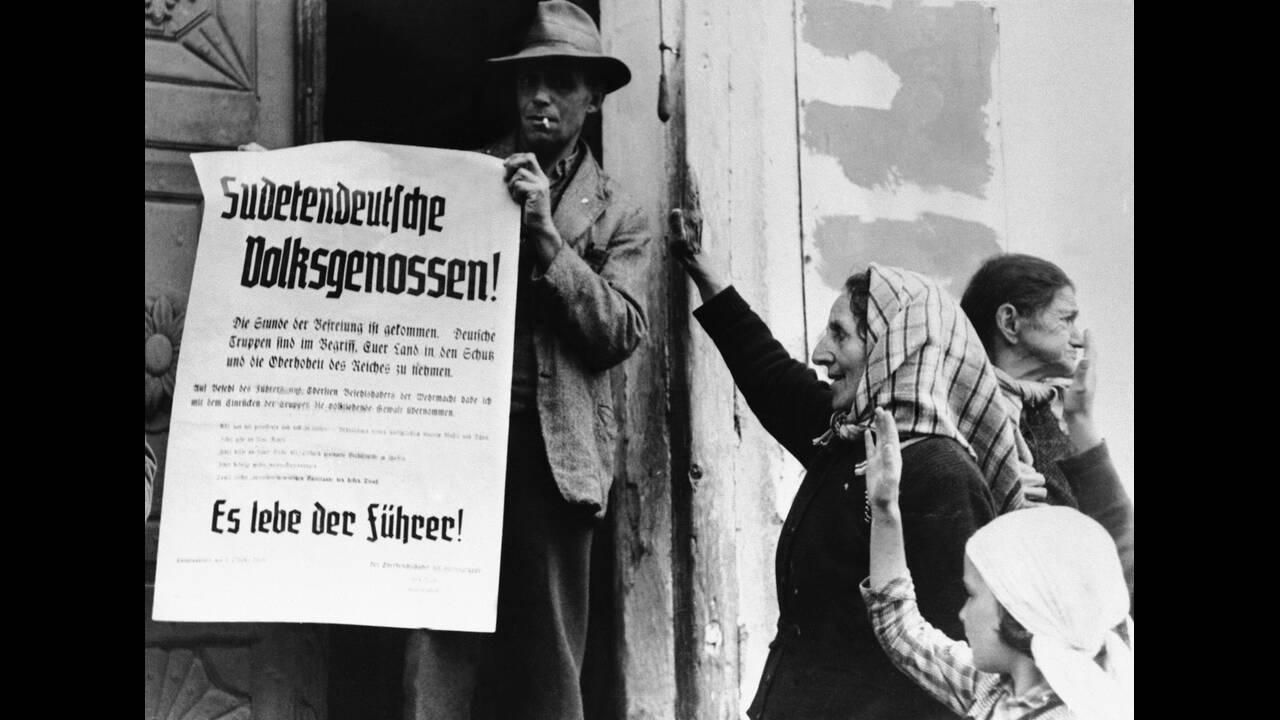 """1938, Τσεχοσλοβακία. Τα γερμανικά στρατεύματα έχουν ήδη καταλάβει τις πρώτες περιοχές της Τσεχοσλοβακίας, """"απελευθερώνοντας"""" τους γερμανόφωνους κατοίκους της Σουδητίας. Η γερμανική ανακοίνωση αναφέρει: """"Η ώρα της ελευθερίας έχει έρθει. Ο γερμανικός στρατό"""