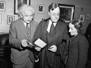 1940, Πρίνστον. Ο Άλμπερτ Αϊνστάιν με την κόρη του, Μάργκο, συζητούν με τον ομοσπονδιακό δικαστή, Φίλιπ Φόρμαν. Λίγο νωρίτερα ο Γερμανός επιστήμονας και 88 ακόμα συνάδελφοί του πήραν την αμερικανική υπηκοότητα. Ο δικαστής είπε ότι η παρουσία του επιστήμον