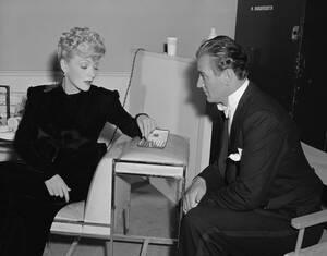 """1942, Λος Άντζελες. Ο Τζον Γουέιν και Μάρλεν Ντίτριχ παίζουν μια παρτίδα σκάκι στα διαλείμματα των γυρισμάτων της ταινίας """"Pittsburgh""""."""
