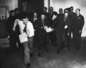 1946, Νιρεμβέργη. Οι δημοσιογράφοι και ανταποκριτές των διεθνών ΜΜΕ, τρέχουν στα τηλέφωνα για να μεταδώσουν την είδηση της απόφασης του δικαστηρίου στη Νιρεμβέργη, στη δίκη των Ναζί εγκληματιών πολέμου.
