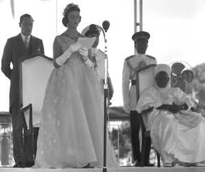 1960, Λάγος. Η πριγκίπισσα Αλεξάντρα του Κεντ, διαβάζει το μήνυμα της βασίλισσας Ελισάβετ Β' στο Λάγος της Νιγηρίας, κατά τη διάρκεια της τελετής που σηματοδοτεί την πρώτη μέρα της ανεξαρτησίας της χώρας.