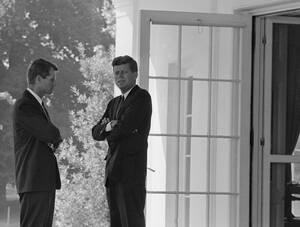 1962, Ουάσινγκτον. Ο Αμερικανός Πρόεδρος Τζον Φ. Κένεντι με τον αδελφό του, γενικό Εισαγγελέα Ρόμπερτ Φ. Κένεντι συζητούν στο Λευκό Οίκο για την αυξανόμενη ένταση ανάμεσα στις ΗΠΑ και τη Σοβιετική Ένωση, μια ένταση που θα εξελισσόταν στην κρίση της Κούβας