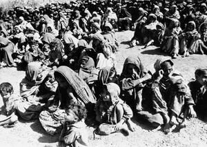 1965, Κασμίρ. Ένα στρατόπεδο υποδοχής μουσουλμάνων προσφύγων στο Κασμίρ. Οι μουσουλμάνοι εκδιώχνονται κατά δεκάδες χιλιάδες από την περιοχή του Κασμίρ που ελέγχει τώρα η Ινδία, μετά το τέλος του πολέμου με το Πακιστάν.