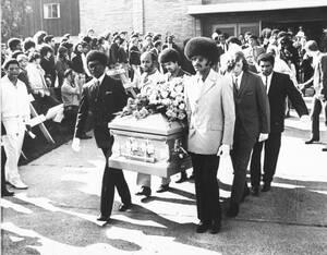 1970, Σιάτλ. Φίλοι του Τζίμι Χέντριξ, μεταφέρουν το φέρετρό του, μετά τη νεκρώσιμη ακολουθία που έγινε στο Σιάτλ.