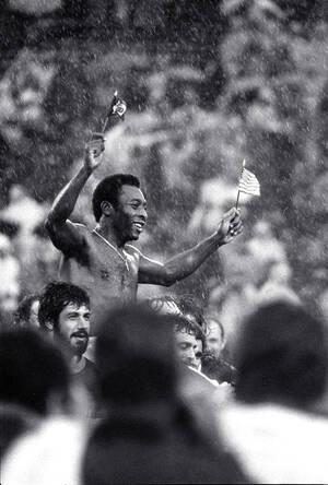 1977, Νιού Τζέρσεϊ. Κρατώντας τις σημαίες της Βραζιλίας και των ΗΠΑ, μέσα σε καταρρακτώδη βροχή, ο Πελέ πανηγυρίζει στο κατάμεστο στάδιο των Τζάιαντς, στο Ίστ Ράδερφορντ του Νιού Τζέρσεϊ. Ο Πελέ έπαιξε το αποχαιρετιστήριο παιχνίδι του συμμετέχοντας και στ