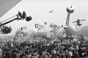 1984, Πεκίνο. Χιλιάδες Κινέζοι γιορτάζουν τα επιτεύγματα του διαστημικού προγράμματος της χώρας. Υπολογίζεται ότι στη γιορτή, που κράτησε δύο ώρες και οργανώθηκε από την κυβέρνηση, πήραν μέρος περίπου μισό εκατομμύριο άνθρωποι.